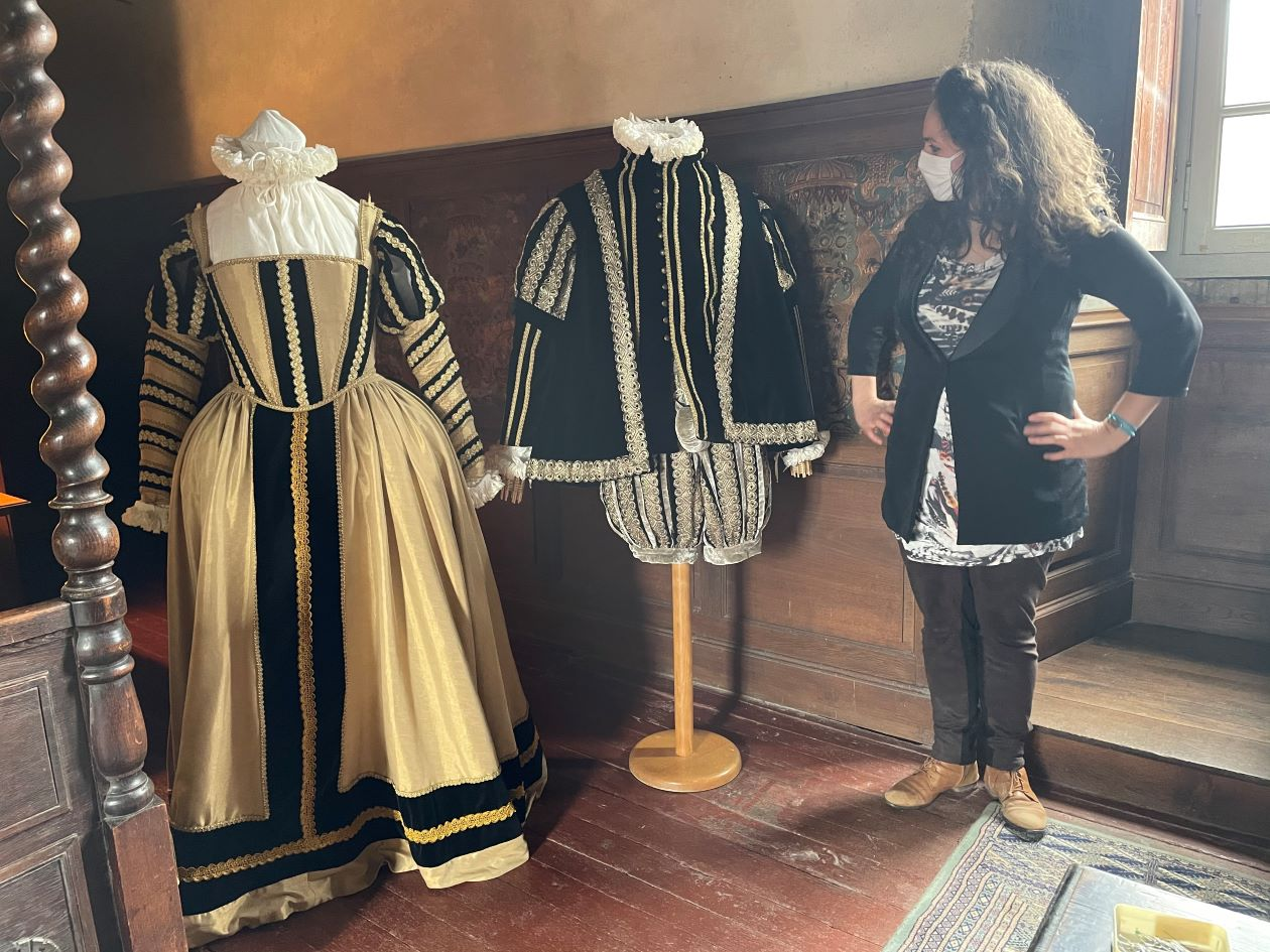 Deux mannequins costumés : une femme noble vers 1560 et un homme noble vers 1560
